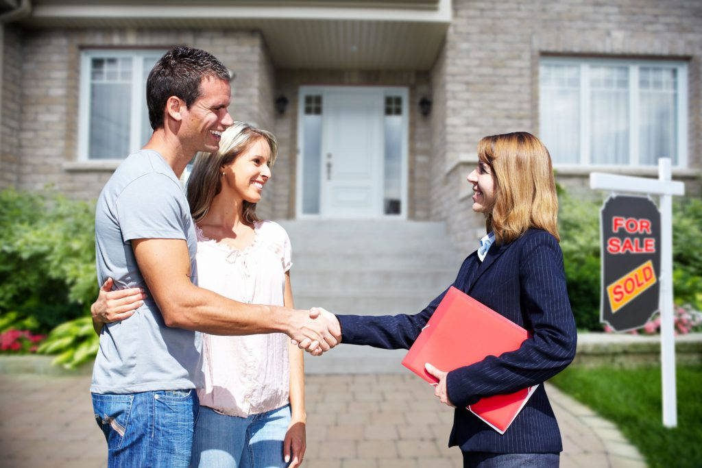 Real estate agent showing a house using a flat fee service